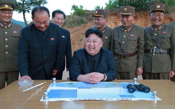 Il leader coreano Kim Jong Un osserva il lancio del missile a media gittata Hwasong-12 (Mars 12) - Sputnik Italia