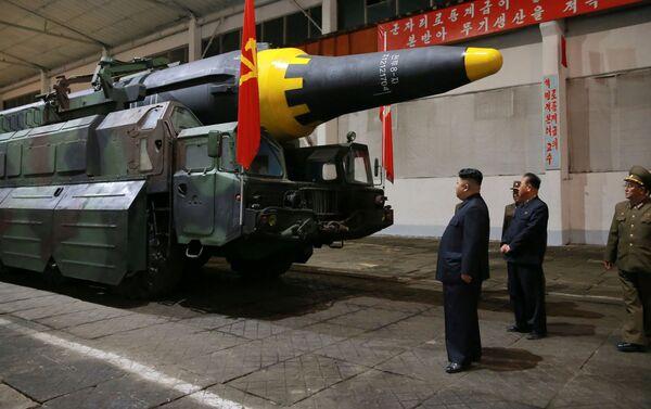 Il leader nordcoreano Kim Joing un ispeziona il missile prima del lancio. - Sputnik Italia