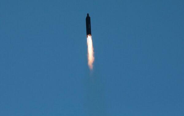 Il missile Hwasong-12 in volo - Sputnik Italia