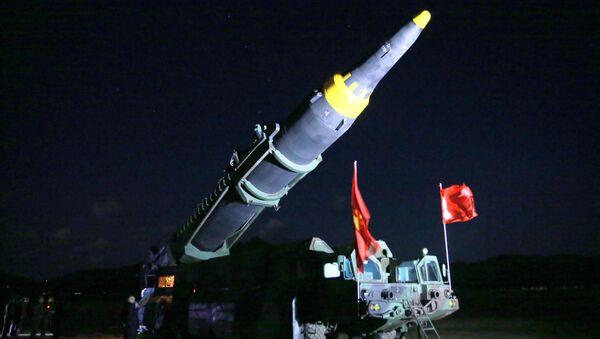 Il lancio del missile balistico a media gittata Hwasong-12 - Sputnik Italia