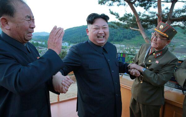 I generali dell' Esercito Popolare Coreano ed il leader Kim Jong Un esultano dopo il lancio del missile - Sputnik Italia