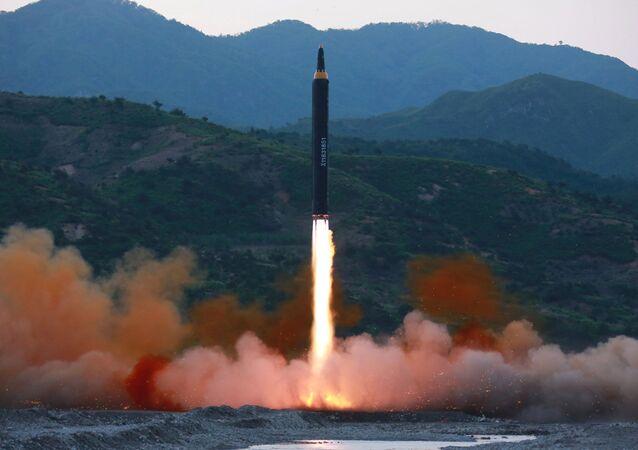 Il momento del lancio del missile balistico nordcoreano Hwasong-12
