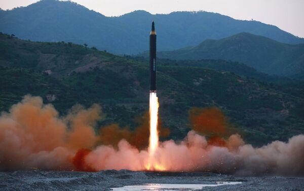 Il momento del lancio del missile balistico Hwasong-12 - Sputnik Italia