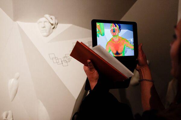 L'opera di Andrey Blokhin e Georgiy Kuznetsov è un invito a ragionare sulla vita nel mondo virtuale e nei social network - Sputnik Italia