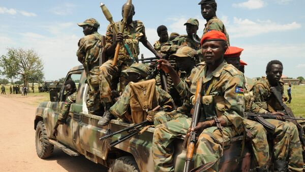 Sudan People's Liberation Army (SPLA) forces patrol the camp of Lalo following heavy fighting over the weekend that killed dozens of people, close to Malakal, South Sudan, October 16, 2016 - Sputnik Italia