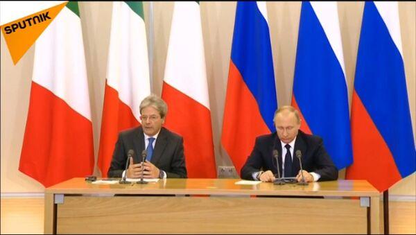 La conferenza stampa di Paolo Gentiloni e Vladimir Putin a Sochi. - Sputnik Italia