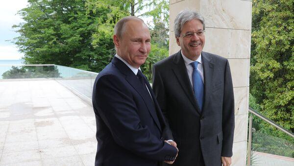 Presidente russo Vladimir Putin e premier italiano Paolo Gentiloni a Sochi. - Sputnik Italia