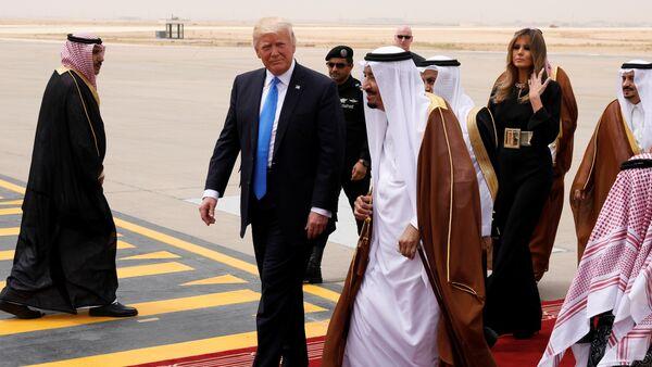 Saudi Arabia's King Salman bin Abdulaziz Al Saud (C) welcomes U.S. President Donald Trump and first lady Melania Trump (2-R) as they arrive aboard Air Force One at King Khalid International Airport in Riyadh, Saudi Arabia May 20, 2017 - Sputnik Italia