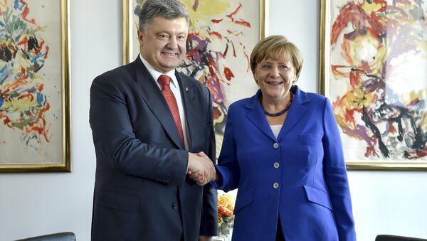 L'incontro tra Petro Poroshenko e Angela Merkel - Sputnik Italia