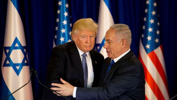 U.S. President Donald Trump and Israel's Prime Minister Benjamin Netanyahu shake hands as they deliver remarks before a dinner at Netanyahu's residence in Jerusalem May 22, 2017 - Sputnik Italia