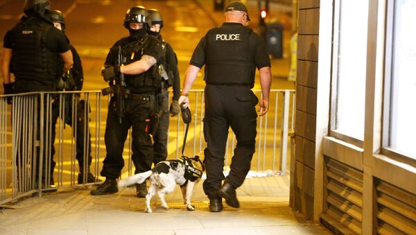 Armed police officers stand near the Manchester Arena, where U.S. singer Ariana Grande had been performing, in Manchester, in northern England, Britain May 23, 2017. - Sputnik Italia