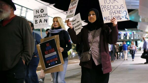 Protesters chant during a rally against the travel ban at San Diego International Airport on March 6, 2017 in San Diego, California - Sputnik Italia
