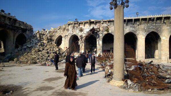 Turisti all'interno della Grande Moschea danneggiata - Sputnik Italia