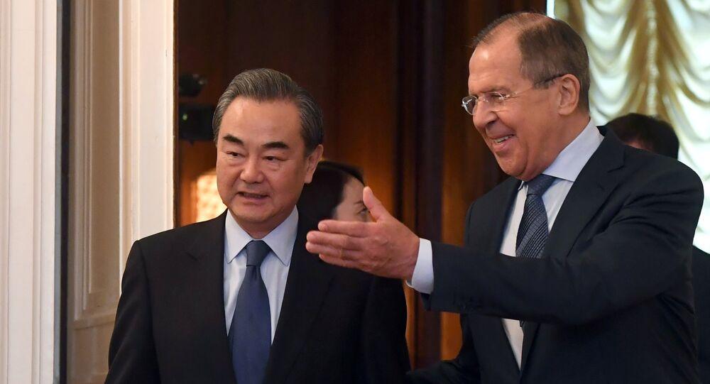 Il Ministro degli esteri Sergey Lavrov e la sua controparte cinese Wang Yi a Mosca