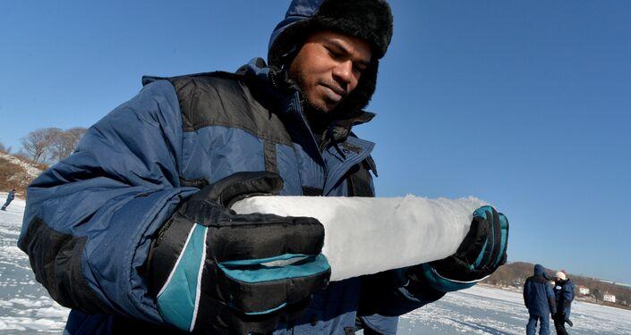Uno studente dell'università di Vladivostok con un campione di ghiaccio