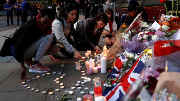 Women light candles for the victims of the Manchester Arena attack, in central Manchester, May 23, 2017. - Sputnik Italia