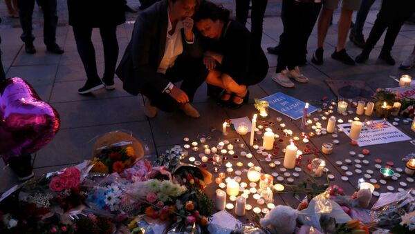 Women pay their respects to all those affected by the bomb attack, following a vigil in central Manchester, Britain May 23, 2017. - Sputnik Italia