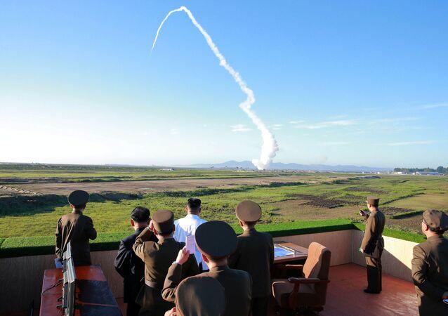 Il leader della Corea del Nord durante un lancio missile