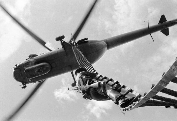 Un soldato della guardia di frontiera scende dall'elicottero da una scaletta sospesa. - Sputnik Italia