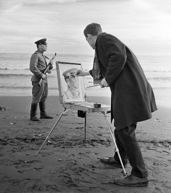 Il pittore Evgeny Dutnov dipinge una guardia di frontiera. - Sputnik Italia