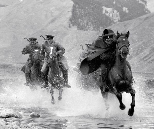 La guardia di frontiera a cavallo incalza un trasgressore, URSS. - Sputnik Italia
