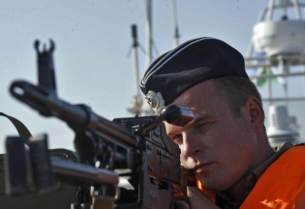 Una guardia di frontiera controlla una mitragliatrice durante un raid per la lotta al bracconaggio degli storioni nel Mar Caspio. - Sputnik Italia