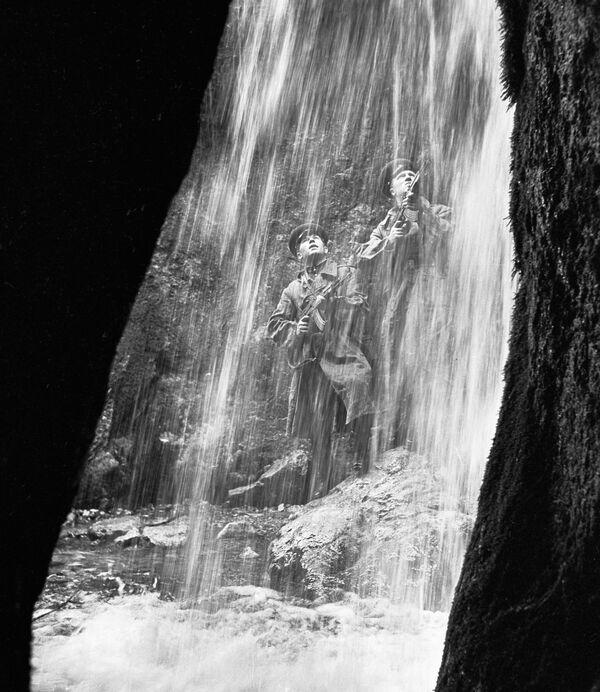 La guardia di frontiera sovietica vicino ad una cascata. - Sputnik Italia