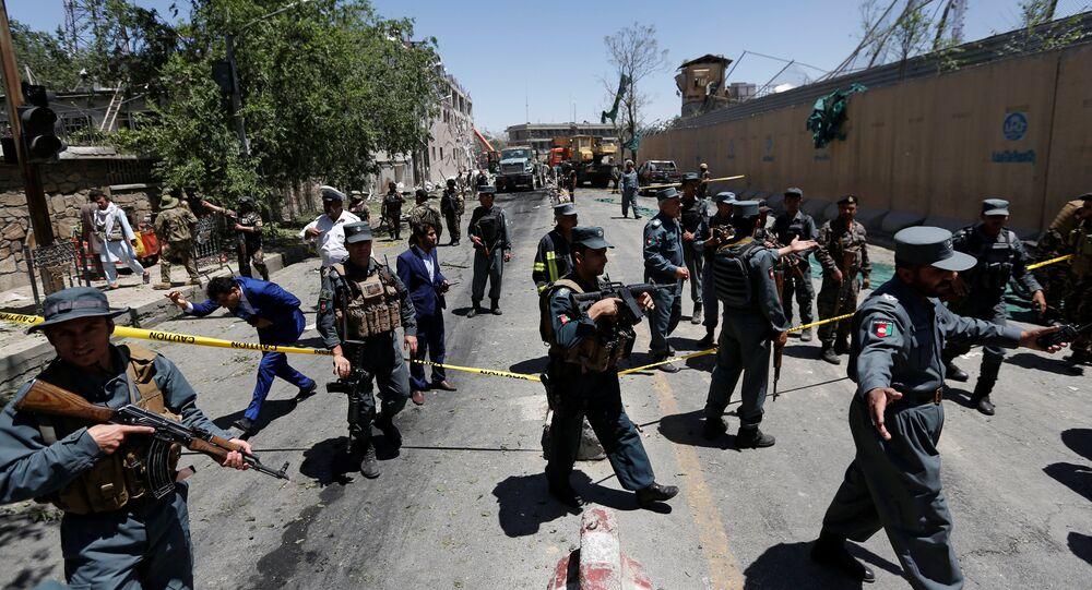 I poliziotti afghani ispettano il sito dell'esplosione a Kabul, Afghanistan.