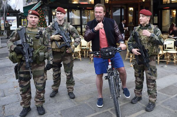L'ex governatore di California Arnold Schwarzenegger con soldati francesi a Parigi. - Sputnik Italia