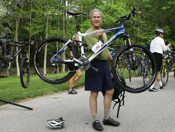 L'ex presidente statunitense George Bush con la sua bicicletta (foto d'archivio, 2007) - Sputnik Italia
