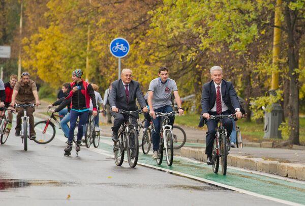 Il rettore dell'Università Statale di Mosca Lomonosov, Viktor Sadovnichy, e il sindaco di Mosca, Sergei Sobyanin, vanno in bicicletta nei pressi dell'università. - Sputnik Italia
