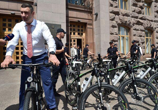 Il sindaco di Kiev Vitaly Klitschko in bicicletta. - Sputnik Italia
