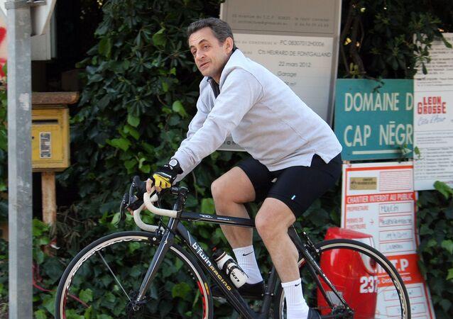 L'ex presidente francese Nicolas Sarcozy in bicicletta
