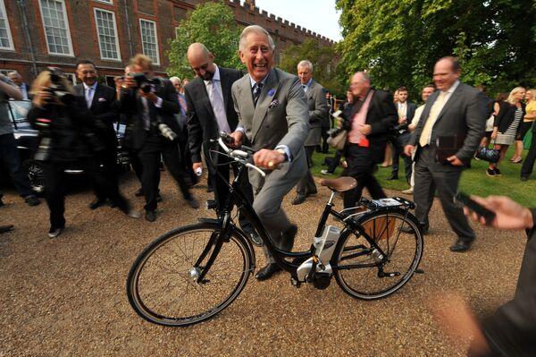 Carlo, principe di Galles va in bicicletta elettrica nel centro di Londra. - Sputnik Italia