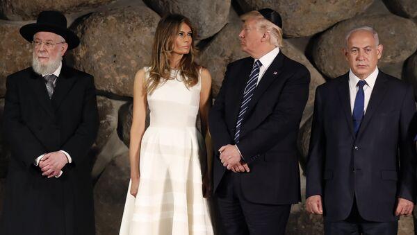 US President Donald Trump, center, first lady Melania Trump, center left, , Rabbi Israel Meir Lau, left, Israeli Prime Minister Benjamin Netanyahu are seen during a visit to the Yad Vashem Holocaust Memorial museum - Sputnik Italia