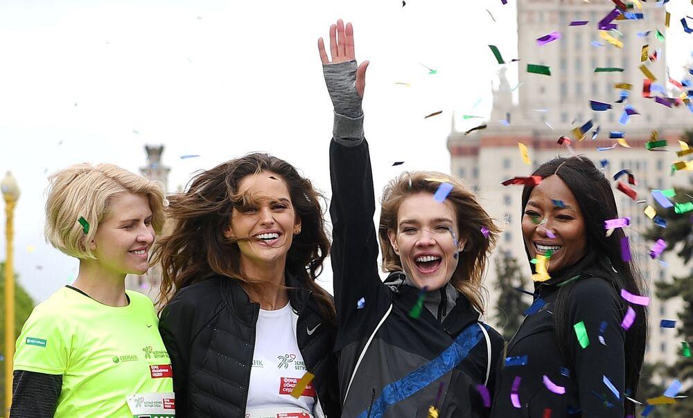 Il direttore creativo della società Podium-market Polina Kitsenko, le modelle Izabel Goulart, Natalya Vodyanova e Naomi Campbell prima dell'inizio della maratona di beneficenza Beguschiye Serdtsa (Cuori in corsa) a Mosca.