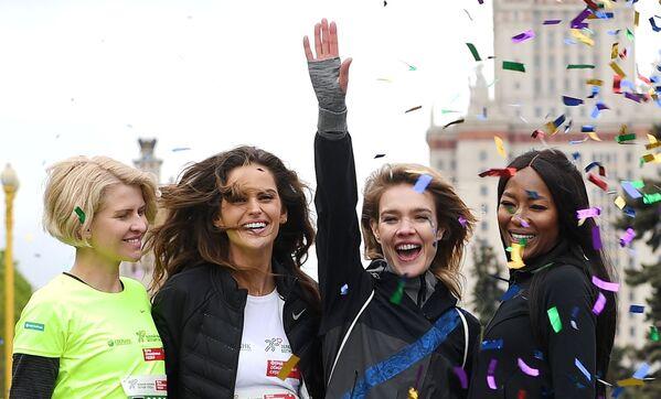 Il direttore creativo della società Podium-market Polina Kitsenko, le modelle Izabel Goulart, Natalya Vodyanova e Naomi Campbell prima dell'inizio della maratona di beneficenza Beguschiye Serdtsa (Cuori in corsa) a Mosca. - Sputnik Italia