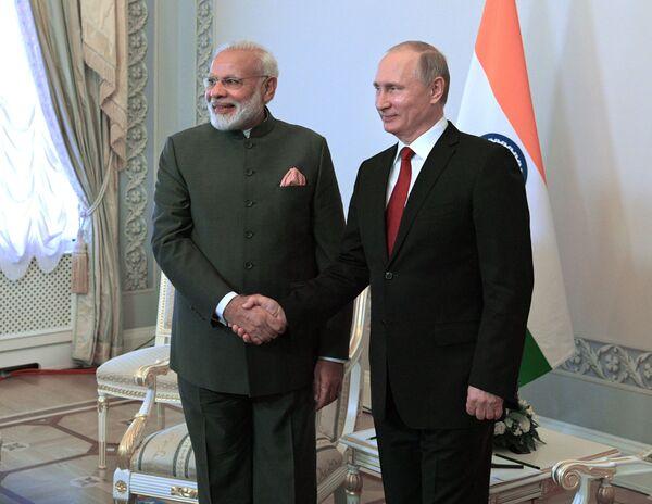 Il primo ministro indiano Narendra Modi e il presidente russo Vladimir Putin durante un incontro nel quadro dello SPIEF 2017. - Sputnik Italia