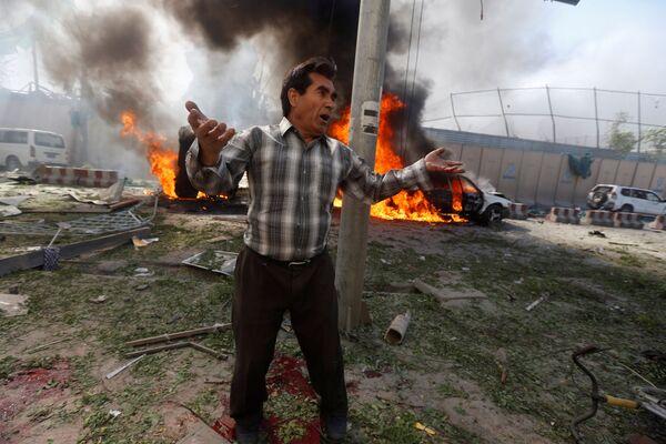 Un uomo al sito dell'esplosione a Kabul, Afghanistan. - Sputnik Italia