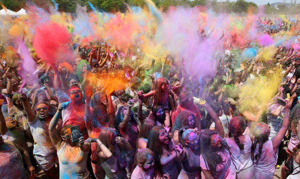 Il festival di Holi a Santa Coloma de Gramenet, Spagna.