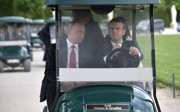 Il presidente russo Vladimir Putin e il presidente francese Emmanuel Macron visti prima di visitare la mostra a Versailles dedicata alla visita di Pietro Il Grande in Francia nel 1717. - Sputnik Italia