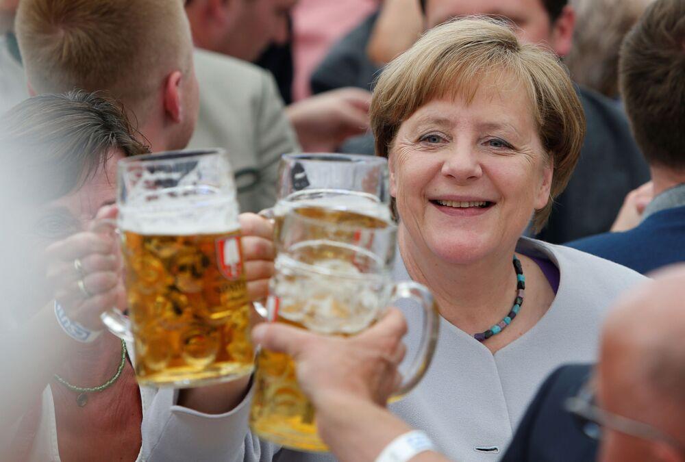 La cancelliera della Germania Angela Merkel vista con la birra al festival di Trudering a Monaco di Baviera.
