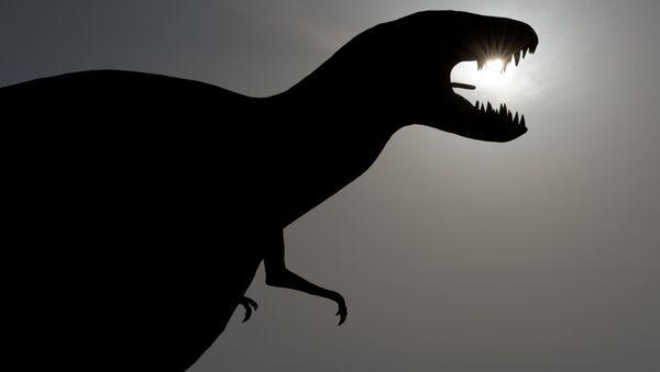 Фигура динозавра у входа в тематический парк в Германии - Sputnik Italia