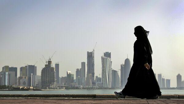 Una donna a Doha, la capitale del Qatar. - Sputnik Italia