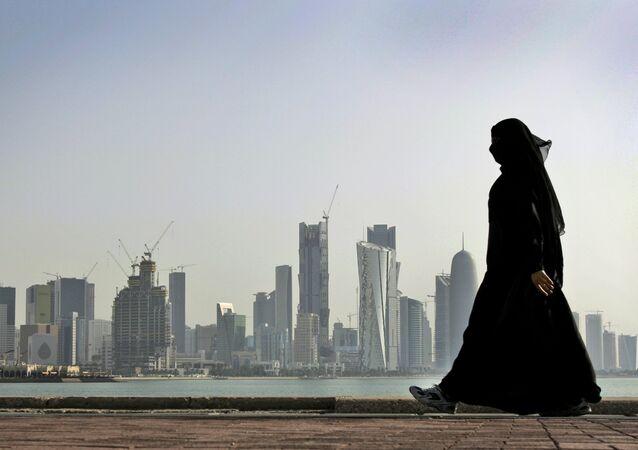 Una donna a Doha, la capitale del Qatar.
