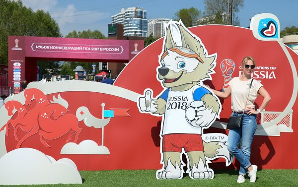 Una ragazza russa posa davanti alla mascotte della Confederations Cup 2017 in Russia - Sputnik Italia