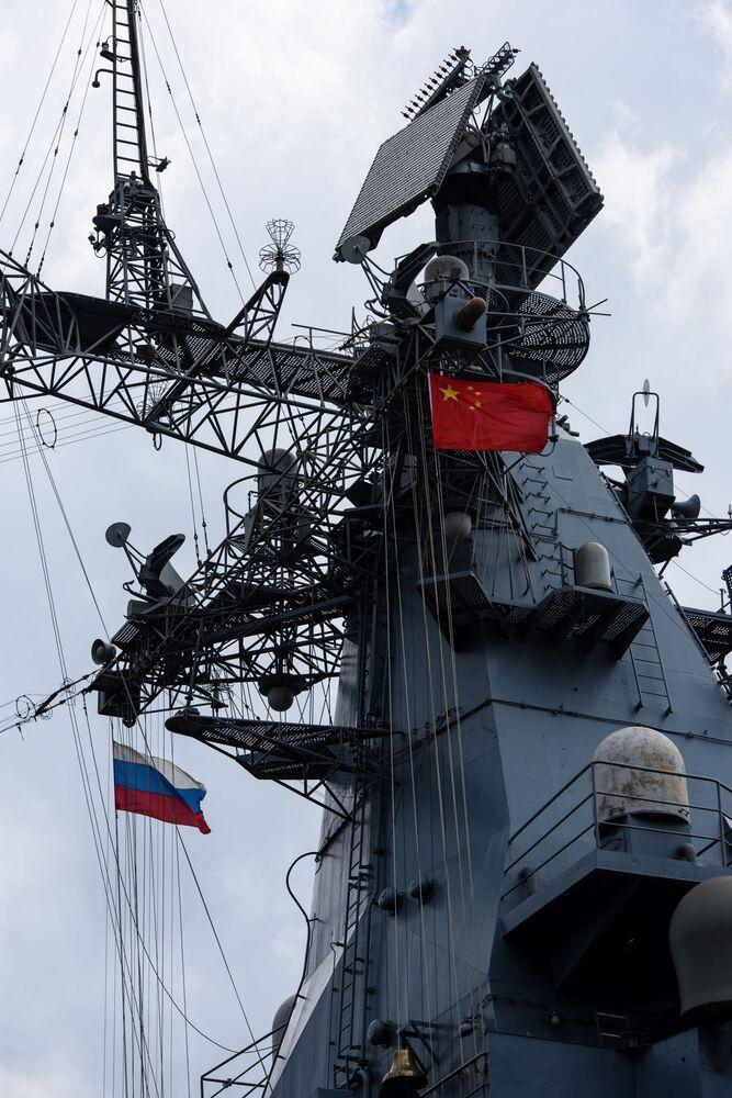 L'incrociatore missilistico russo Varyag nel porto di Hong Kong
