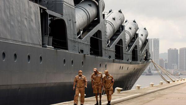 Член экипажа у российского ракетного крейсера Варяг в порту Гонконга - Sputnik Italia