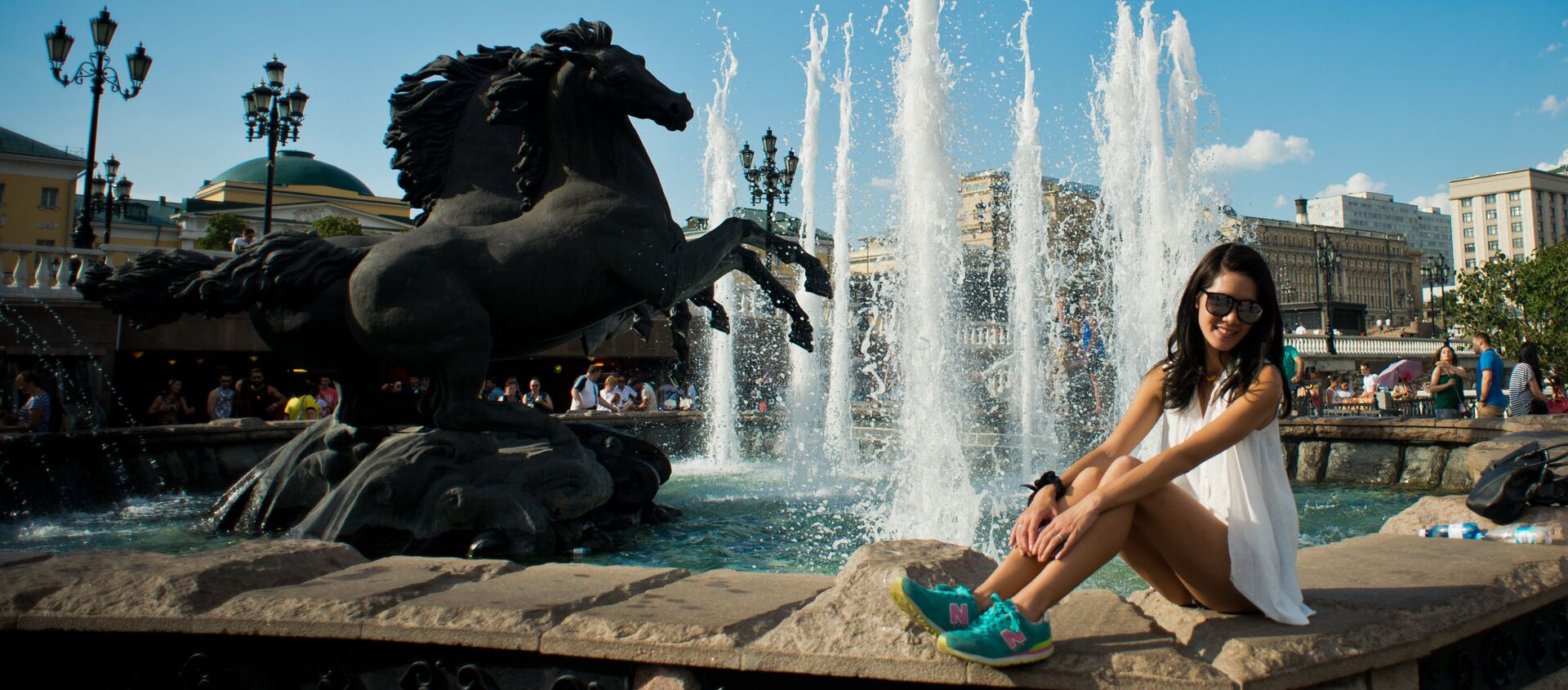 Tourists pose for photos at the Four Seasons fountain on Manezh Square - Sputnik Italia, 1920, 24.01.2021