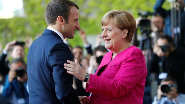 German Chancellor Angela Merkel welcomes French President Emmanuel Macron as they arrive at a ceremony at the Chancellery in Berlin, Germany, May 15, 2017. - Sputnik Italia